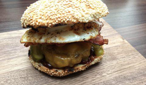 Bacon Burger, Rindfleisch, Ei, Gurke, Speck, Schinken